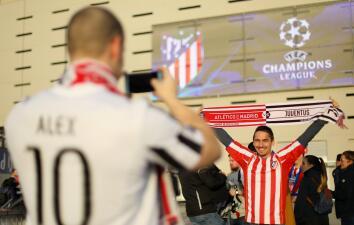 Contagio de fiesta entre los hinchas de Atlético de Madrid y Juventus en Champions