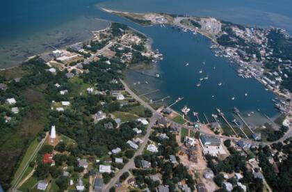 <b>7.- Isla Ocracoke, Carolina del Norte.- </b>Con solo 948, este sitio es ideal para vacaciones d everano. Cuenta con diversos puntos turísticos, como un faro, un museo de historia y un cementerio británico, así como una gran variedad de tiendas y restaurantes. <br>