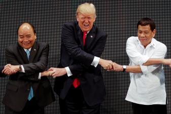 Algunos momentos que marcaron el primer viaje a Asia de Donald Trump (fotos)