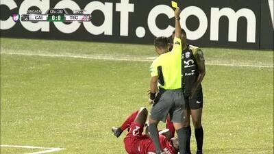 Tarjeta amarilla. El árbitro amonesta a Juan González de Independiente La Chorrera