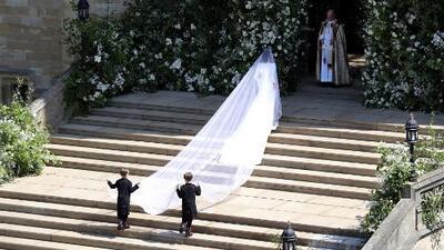 En video: este es el recatado vestido de novia de Meghan Markle (con una cola que impresionó)