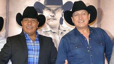 Mientras Ramiro Delgado arremete contra Lupe Esparza, su hijo lo sustituye en el escenario con Bronco
