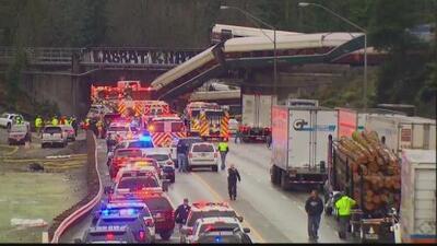 Un tren Amtrak se descarrila y cae sobre una autopista cerca de Seattle