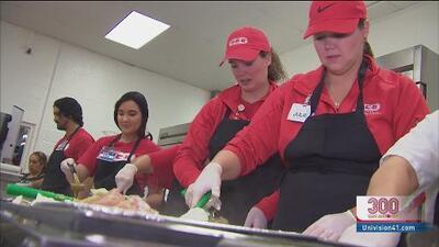 Preparan más de 3,000 comidas navideñas para personas de la tercera edad