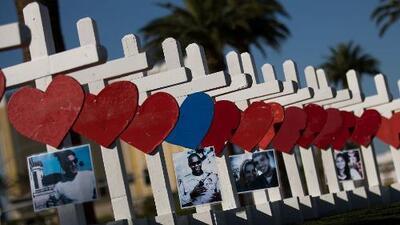Plantan cruces como homenaje a las víctimas que fallecieron en la masacre de Las Vegas