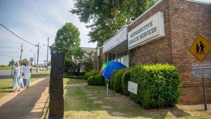 La entrada de la única clínica que practica abortos en la capital de Alabama: Reproductive Health Services. Afuera, dos manifestantes que aseguran haber manejado más de tres horas para acudir al centro de salud a protestar.