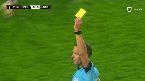 Tarjeta amarilla. El árbitro amonesta a Ivan Sunjic de Dinamo Zagreb