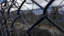 Condena a 45 años en la cárcel a hispano que apuñaló a muerte a su esposa frente a su hija