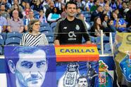 FV. Porto (Portugal), 04/05/2019.- FC Porto's supporters with poster in honor of the Spanish goalkeeper Iker Casillas prior the Portuguese First League soccer match between FC Porto and Desportivo das Aves held at Dragao stadium in Porto, Portugal, 04 May 2019. EFE/EPA/FERNANDO VELUDO
