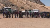 Autoridades aseguran que familias inmigrantes siguen cruzando para entregarse a la Patrulla Fronteriza