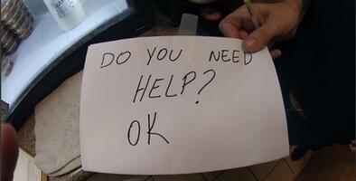 Con un cartel escondido, una mesera de Florida salva a un niño víctima de abusos y torturas