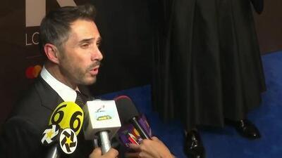 """Sergio Mayer usa un look de saco y falda negra en apoyo a las mujeres: """"No por usar falda eres menos"""""""