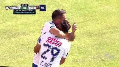 Jorge Segura despeja el balón y aleja el peligro