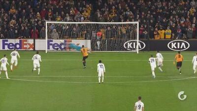 ¿Por qué no lo tiró Raúl Jiménez? Dominik Greif le ataja un penalti a Rubén Neves