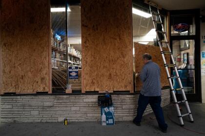 En Los Ángeles, el alcalde Garcetti anunció que no hay evidencia de posibles brotes violentos para el 3 de noviembre. Sin embargo, advirtió que la policía de la ciudad estará bajo protocolo de alerta en caso de eventualidades.