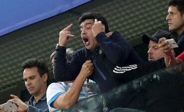 En fotos: las lamentables imágenes de Diego Maradona en el triunfo de Argentina