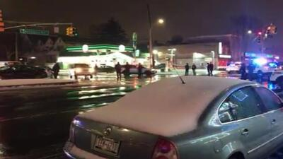 Un oficial resultó muerto y otro herido después de tiroteo en Queens