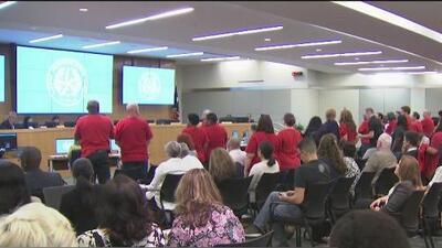 Aprueban el presupuesto del Distrito Escolar de Houston para el próximo año escolar con un aumento en el salario mínimo