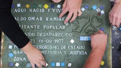 La historia secreta de las 'baldosas por la memoria' que pueblan las aceras de Buenos Aires