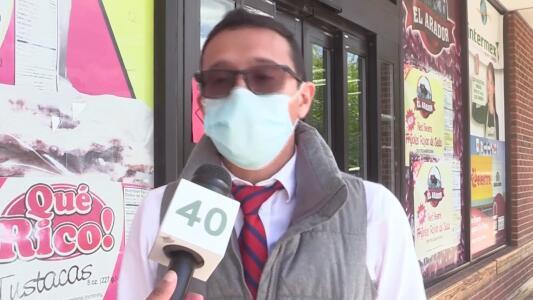 Continuarán usando la mascarilla: hispanos reaccionan a la nueva guía de los CDC