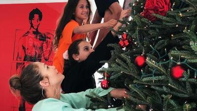 Las encantadoras imágenes de JLo, A-Rod y sus hijos con el espíritu navideño mientras decoran el árbol en casa