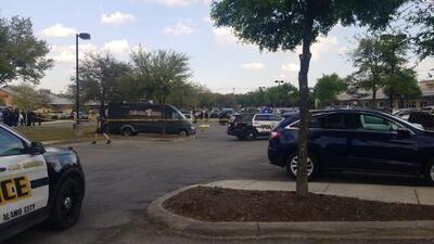 Policía de San Antonio dispara a mujer que llevaba arma falsa