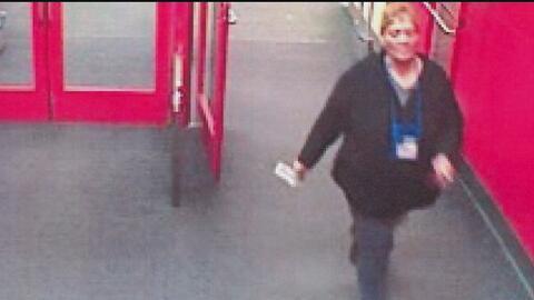Buscan a mujer que prendió fuego a prendas en un Target en el norte de Austin