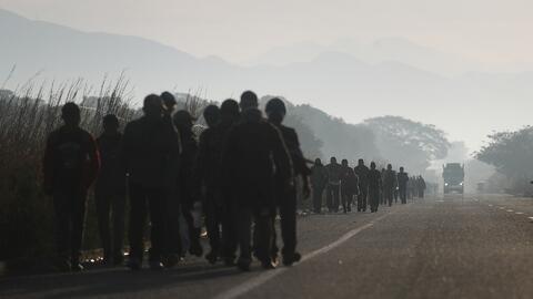 Migrantes emprenden camino rumbo a EEUU tras permanecer varados en México por más de un mes