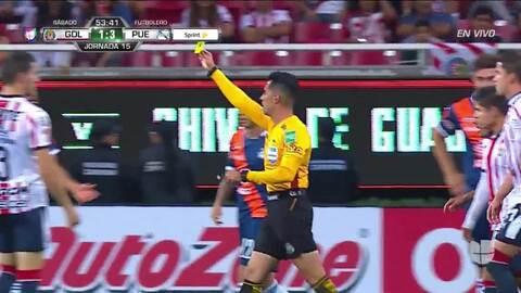 Tarjeta amarilla. El árbitro amonesta a Jesús Zavala de Puebla