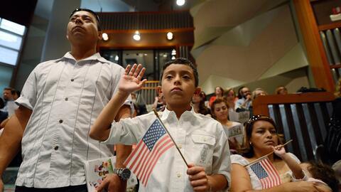 En un minuto: Padres y madres solteros tendrán los mismos derechos para dar la ciudadanía de EEUU a los hijos