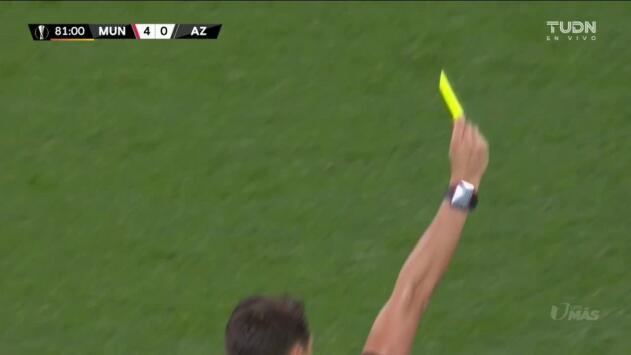 Tarjeta amarilla. El árbitro amonesta a Ethan Laird de Manchester United