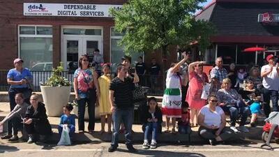 Un concurrido festejo de reafirmación hispana en las calles de Grand Prairie