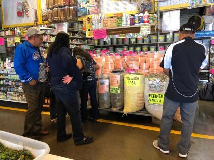 La gente las usa para aliviar síntomas, incrementar la energía, relajarse o perder peso. Estás se pueden encontrar en mercados como este localizado en Houston, Texas.