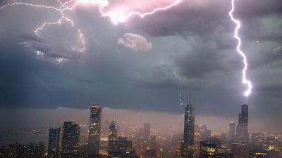 Emiten alerta por tormentas eléctricas severas, vientos intensos, lluvia y tornados en Illinois