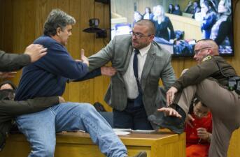 El ataque del padre de tres niñas abusadas a Larry Nassar, foto a foto