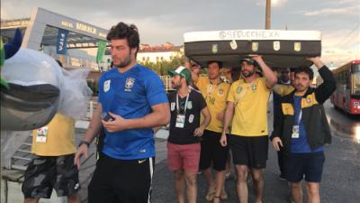 Fans llegaron al hotel de Brasil con un colchón para Marcelo