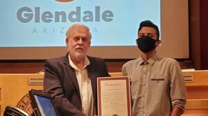 Este joven latino es nombrado un héroe tras salvar la vida a una trabajadora social en Arizona