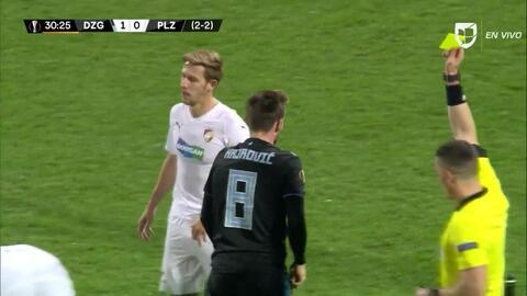 Tarjeta amarilla. El árbitro amonesta a Izet Hajrovic de Dinamo Zagreb