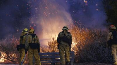 """Dan por casi controlado el incendio """"Old Fire"""" y cancelan las evacuaciones"""
