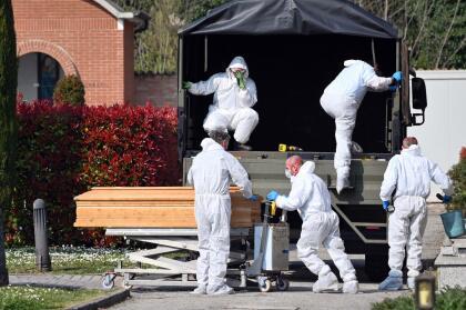 <b>Un país rebasado por la tragedia.</b> Decenas de ataúdes con víctimas del coronavirus fueron descargados en el cementerio de Ferrara, en el norte de Italia, el 21 de marzo. Fueron enviados desde Bérgamo, epicentro del brote de coronavirus en la región. La morgue de esa ciudad alcanzó su capacidad máxima y los cuerpos de algunos fallecidos por el covid-19 fueron trasladadas a otras ciudades. En Italia hay casi 70,000 infectados y han muerto más de 6,000 personas.