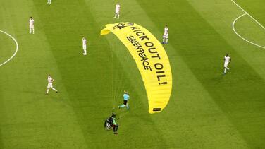 Paracaidista del Francia vs Alemania causó heridas a aficionados