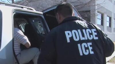 Defensores de los derechos de los inmigrantes protestan en contra de los arrestos de ICE en las cortes de Nueva York
