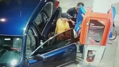 Pillados en video: los delincuentes clonan así las tarjetas de crédito en las estaciones de gasolina en Florida