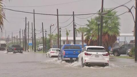 Fuertes lluvias generan inundaciones en Texas, caos vehicular y decenas de turistas afectados