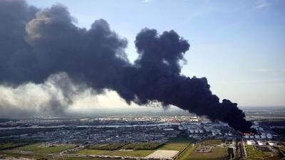 Tras un incendio en una planta petroquímica, pobladores de Houston temen estar respirando aire contaminado
