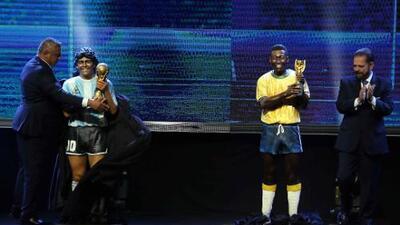 Con estatuas, Conmebol homenajea a Maradona y Pelé