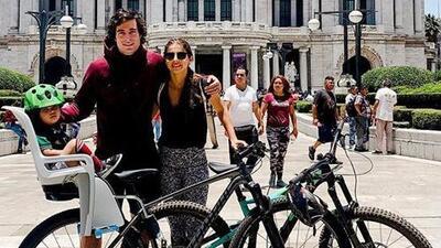 Danilo Carrera ya pasea como en familia con Michelle Renaud y su hijo en bicicleta