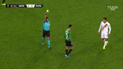 Tarjeta amarilla. El árbitro amonesta a Ramy Bensebaini de Borussia Mönchengladbach