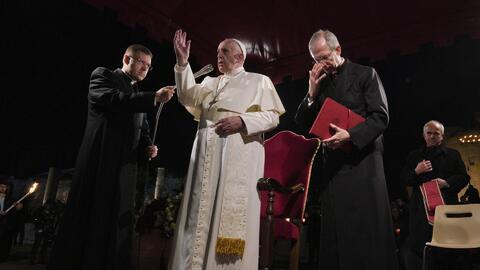 Papa Francisco encabeza la procesión del Viacrucis y la dedica a los inmigrantes en el mundo