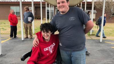 Ahorró por 2 años para comprarle una silla de ruedas eléctrica a su amigo
